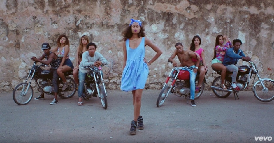 AlunaGeorge teases us just right in the video for I'm In Control feat. Popcaan